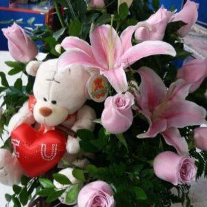 Carreta de 24 Rosas Rosadas con Liliums y Peluche con Corazón