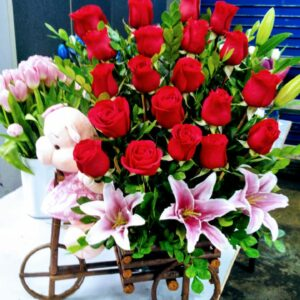 Carreta de 20 Rosas con Liliums y Peluche de Chanchita