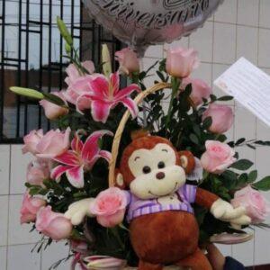 Canasta de 24 Rosas con Globo y Peluche de Mono