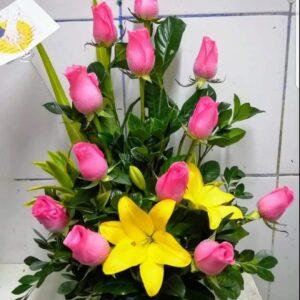 Arreglo de 12 Rosas Rosadas con Liliums Amarrillos