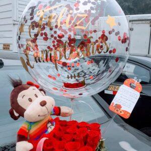 Arreglo de 24 Rosas con Liliums, Globo Personalizado y Peluche de Mono